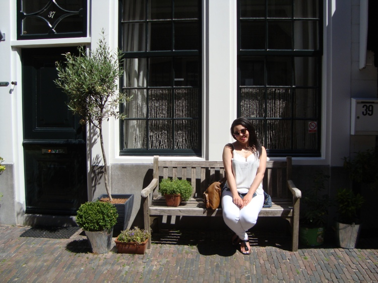 Style-with-Amanda-Dynamite-White-Tank-Top-White Jeans-Gap-Jean-Jacket-Haarlem-4
